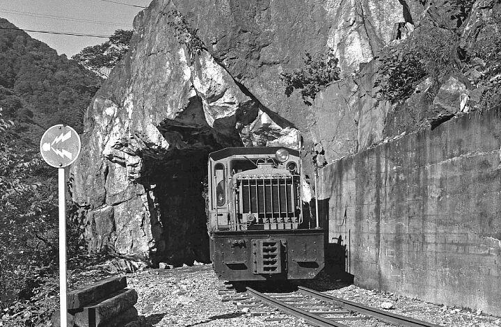 立山砂防軌道素掘りのトンネル