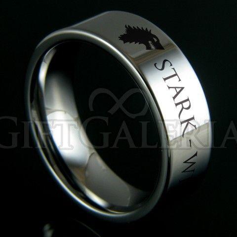 O anel Guerra dos Tronos da casa Stark é todo feito em tungstênio prateado polido, o metal mais duro do planeta. Suas características representam a cor do norte gelado do reino de Westeros e a dureza da muralha do reino dos homens.