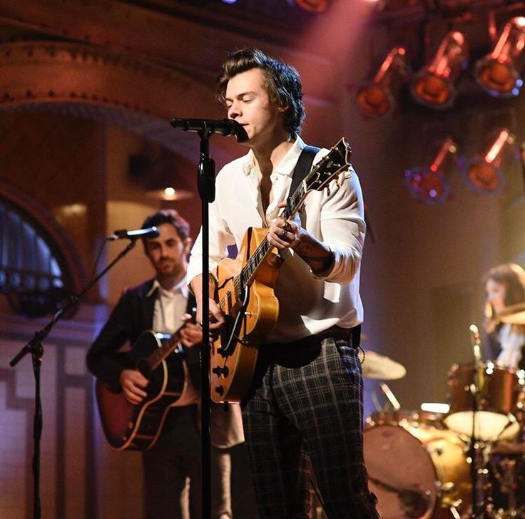 Harry Styles SNL 15.04.17  What. is. Happening. To. Me  Harry Styles with a guitar is everything. I've never been that into him, but he's it's the charm and the guitar playing that gets me.