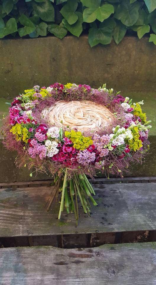 wat mij hierbij inspireerd is hoe het frame en de bloemen samen zijn gebruikt echt heel gaaf