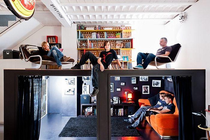 Loft met lounge voor kinderen. Bekijk het project op: http://www.interieurdesigner.be/blog/detail/artistieke-loft-in-voormalig-hotel-bordeaux