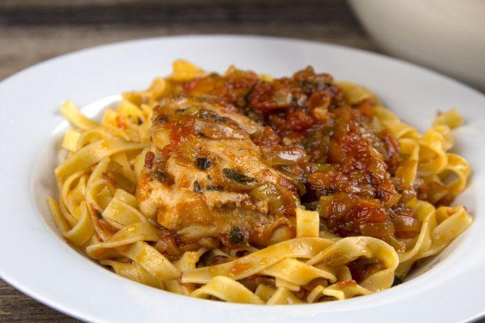 Σπάνια συνταγή με μικρά τεχνικά μυστικά και συστατικά που δίνουν ένταση γεύσης στη σάλτσα του κοκκινιστού κοτόπουλου