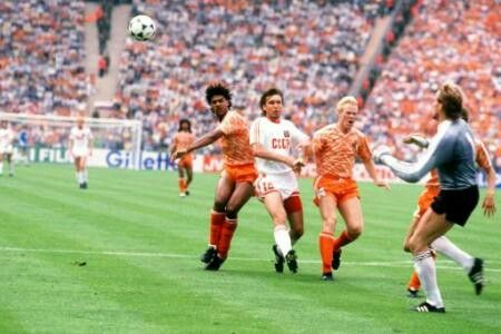 Holland 2 USSR 0 in 1988 in Munich. Hans van Breukelen comes out to meet a cross in the Final at Euro '88.