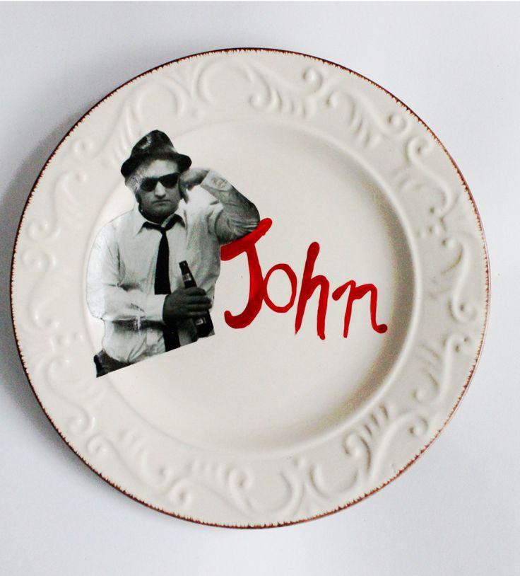 Piatto decorativo in stile vintage modernizzato con immagine di John Belushi, da appendere o esporre. Fatto con decoupage e scritta a mano! di IlluminoHomeIdeas su Etsy