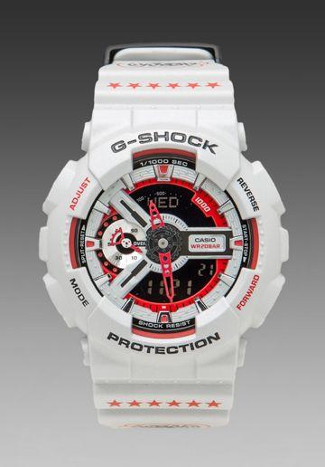 Esta reloj se llama G-Shock. Es rojo y blanco