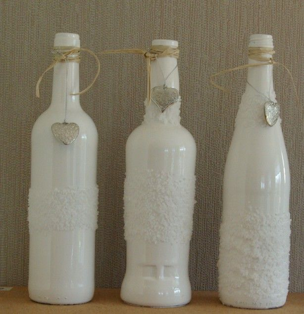 Flessen eerst met grondverf, dan afgelakt met hoogglans verf. Ingesmeerd met hema witte lijm en daarna door zeezout gerold. Leuk afgewerkt met raffia en een hartje.