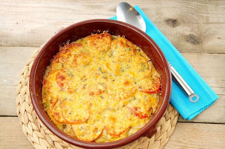 Dit kaastaart recept met ui, tomaten en champignons is vegetarisch, koolhydraatarm en heel erg lekker. Kaas, tomaat en ui gaan erg goed samen, dus met die combinatie zit je al goed. Wij voegen er nog wat meer groente aan toe: champignons.