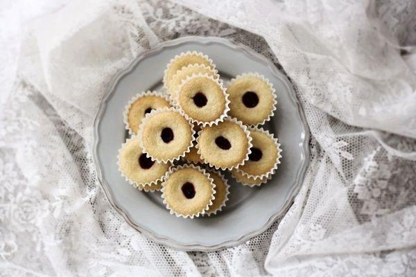 Mám pro vás další švédský recept (jak překvapivé). Na máslové sušenky smalinovou marmeládou, na které potřebujete jen šest surovin.
