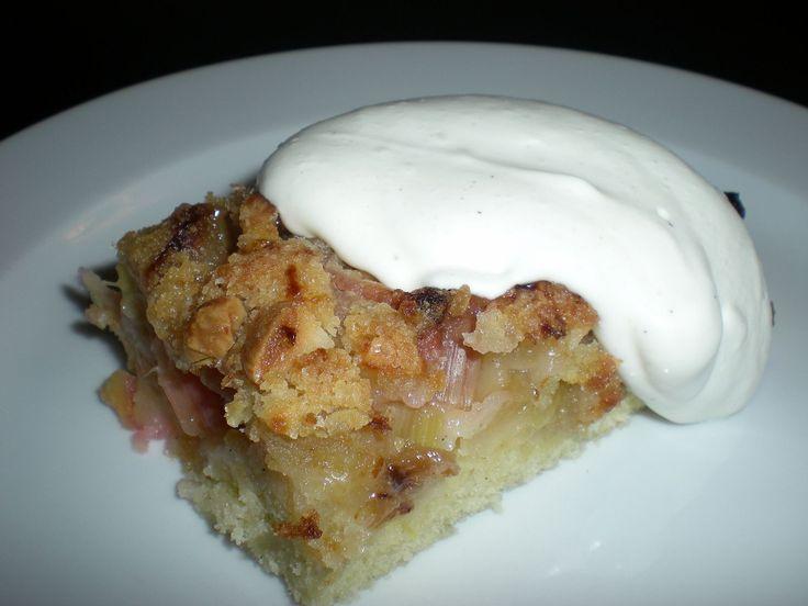 Den bedste rabarberkage med crumble og mandler. Skøn kombination af luftig kage, syrlige rabarber og knasende lækker crumble på toppen.
