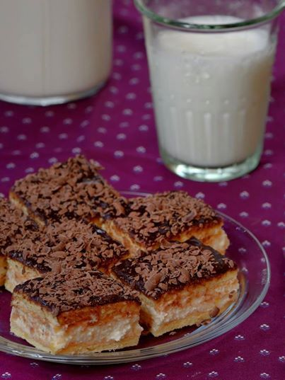 PRAJITURA CU CREMA DE LAMAIE O prajitura fina, cu crema de lamaie si blat de pandispan, glazurata cu ciocolata. https://www.facebook.com/prajituridecasabyliliasa