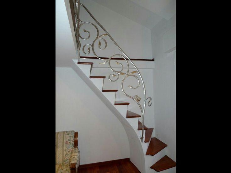 Scala in lamiera e legno con ringhiera foglia argento www ferro battuto