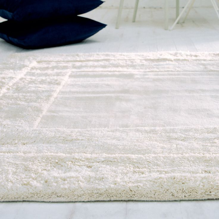 This plain coloured rug in off white features three pile heights that step down from the deep, shaggy outer border. #ShaggyRugs #WoolRugs