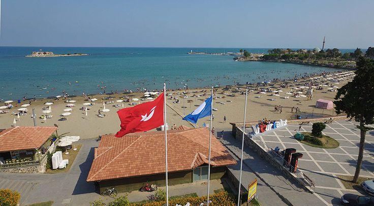Adana Büyükşehir Belediyesi'nin gerçekleştirdiği çevre temizliği ve sahil düzenlemeleriyle tatilcilerin gözdesi olan Yumurtalık İlçesi'ndeki Ayas Belediye Plajı'nın semalarında bu yıl da temiz denizin sembolü 'Mavi Bayrak' dalgalanmaya başladı.  33 KRİTER UYGULANIYOR  Uluslararası Çevre Eğitim Vakfı'nın programını yürüten Türkiye Çevre Eğitim Vakfı, 2017 yılında ülke genelinde 454 plaj, 22 marinaya Mavi Bayrak ödülü verdi. …