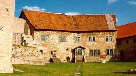 Burg Lohra | Die Häuser B und C bieten sich für eine gemeinsame Nutzung für Gruppen von 60 - 80 Personen an. Kleinere Gruppen on ca 10 Personen sind in Teilbereichen der Häuser A oder C gut aufgehoben. Im mittelalterlichen Teil der Burg befinden sich zusätzliche Räume wie Tanzspeicher, Gewölbe, romanische Burgkapelle ect., die von allen Gruppen genutzt werden können.