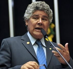 """Da Folha:  O deputado Chico Alencar (PSOL-RJ) beijou a mão do senador Aécio Neves (PSDB-MG) ao diferenciá-lo de políticos envolvidos na Operação Lava Jato. Em jantar em comemoração aos 50 anos de carreira do jornalista Ricardo Noblat, no restaurante Piantella, em Brasília, na noite de terça-feira (7), Alencar, que faz oposição a Temer, conversava numa roda sobre diferenciar o tipo de envolvimento na Lava Jato. """"Você tudo bem, mas Renan [Calheiros (PMDB-AL)] e [Romero] Jucá (PMDB-RR), não""""…"""