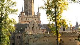 Rund 20 Kilometer südlich von Hannover kann man das Schloss schon von weitem sehen und Besucher können für das Schloss Marienburg verschiedene Führung buchen oder Ausstellungen besuchen, die zu einer Reise in die Vergangenheit einladen.