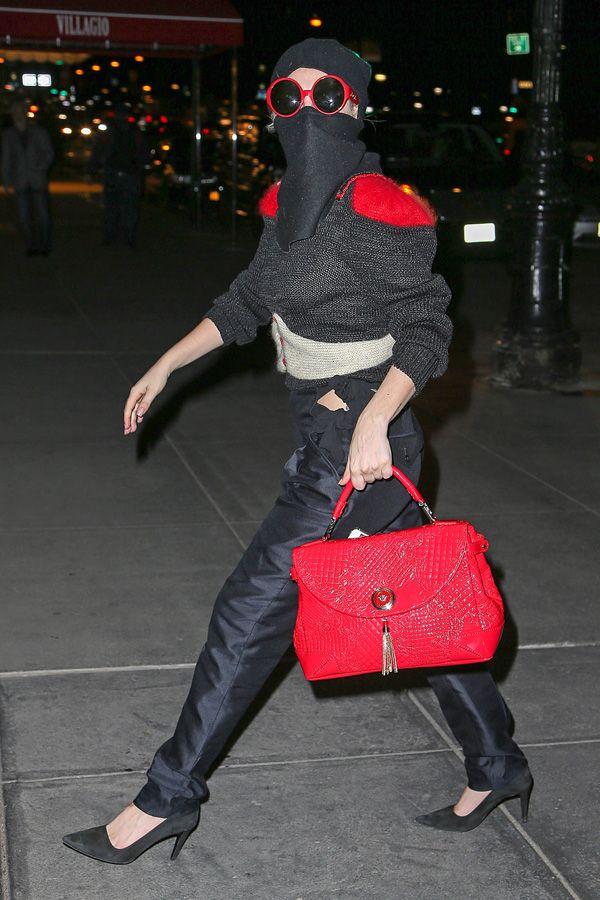 """Lady Gaga continua a stupire, dal beachwear Rosso di La Perla nel suo ultimo video, al 'passamontagna nero"""" occhiali rossi e Althea Bag di Versace a NY.http://www.sfilate.it/222883/dai-costumi-perla-borsa-versace-lady-gaga-sempre-griffata"""