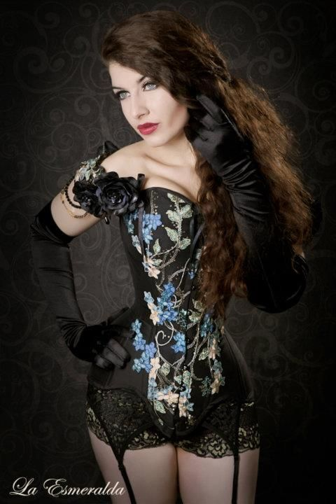 La Esmeralda in an overbust corset from V-Couture.