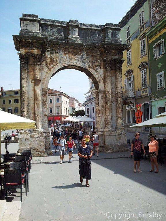 In Pula kann man auf jedem Schritt historische Sehenswürdigkeiten finden, wie hier den Triumphbogen der Familie Sergei, auch Goldenes Tor genannt