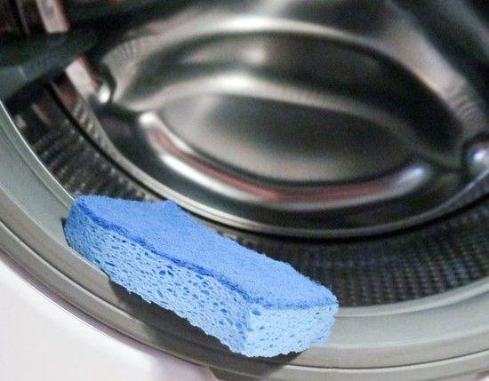 """Το πλυντήριο ρούχων είναι πολύτιμη οικιακή συσκευή, ειδικά για οικογένειες. Όσοι έχουν παιδιά ξέρουν πως το πλυντήριο δεν παύει να λειτουργεί σχεδόν ποτέ, με αποτέλεσμα πολύ συχνά να """"μαζεύει"""" άλατα, μούχλα και άλλους ρύπους. Όσο"""