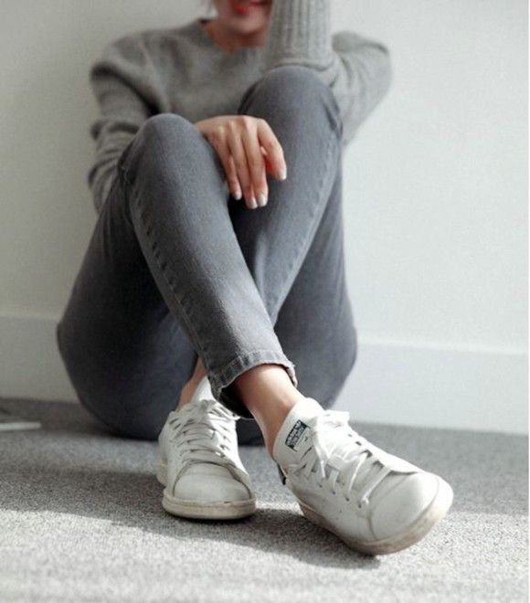 Un total look gris basique avec des baskets Stan Smith >> http://www.taaora.fr/blog/post/tenue-avec-stan-smith-blanches-pull-gris-jean-skinny-gris