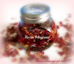 Maak je eigen rozenolie met gedroogde rozenblaadjes en plantaardige olie.