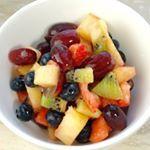 De simpelste recepten kunnen zo lekker zijn Deze fruitsalade met limoenhoning dressing bijvoorbeeldGa jij hem maken linkinbio fruit lekkersimpel