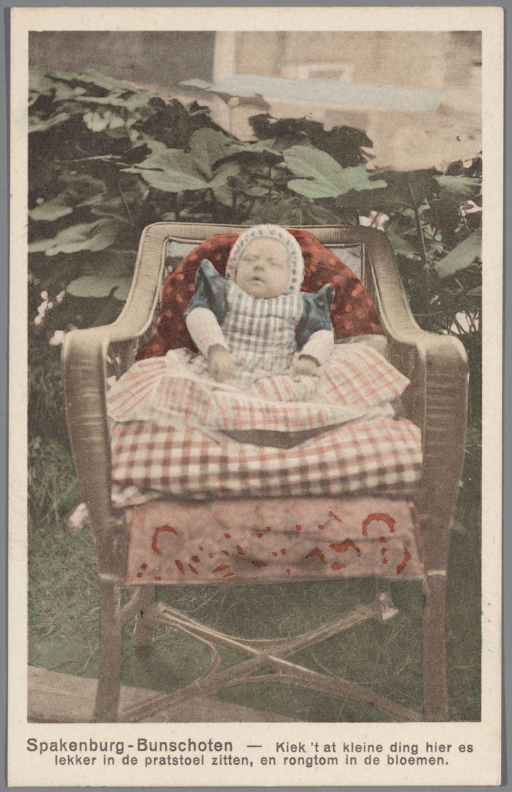 Kind in streekdracht Bunschoten-Spakenburg. Spakenburg-Bunschoten ; kiek 't at kleine ding hier es lekker in de pratstoel zitten, en rongtom in de bloemen. 1905-1982 #Utrecht #Spakenburg