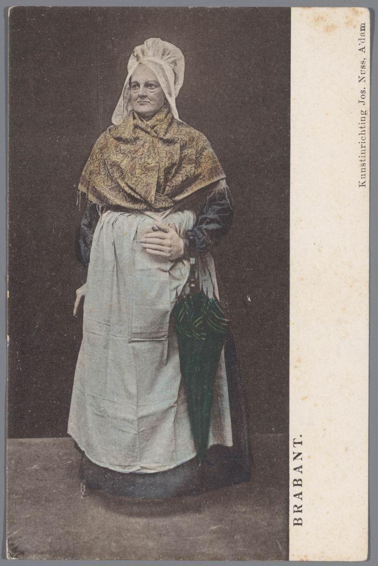Pop uit de tentoonstelling 'Nationale Kleederdrachten van Harer Majesteits onderdanen', welke in 1898 plaatsvond in het Rijksmuseum te Amsterdam. De pop draagt het kostuum van een van een Rooms-katholieke boerin uit Oudenbosch. #NoordBrabant