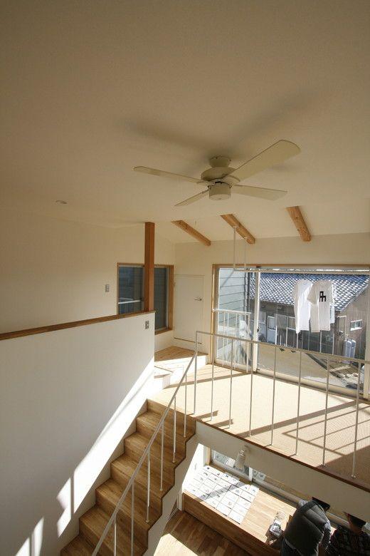 階段を上がったところにある、サイザルカーペット敷きの物干しサンルーム オープンハウス – nötch – - 名古屋市の住宅設計事務所 フィールド平野一級建築士事務所