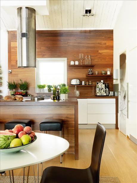 Ovalt bord från Mio, stolar från R.o.o.m., platsbyggd köksö i valnöt, även bänkskivan. Gaolspis med...