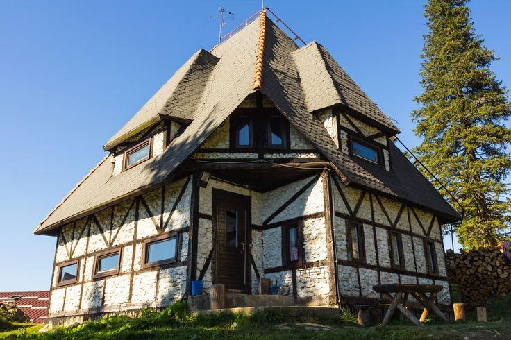 Дизайн фасада в немецком стиле  В немецком стиле могут быть оформлены как жилые дома, так и общественные здания. Этот стиль очень специфичен, его невозможно спутать с дизайном другого типа. Характерные черты немецкого стиля в фасадах заметит даже человек, который не особо интересуется архитектурой.  #АрхСтройПроект #archproekt #Архитектурная #Мастерская  #Архитектура #Ландшафт #Дизайн #Интерьер #Interior #Architecture #Design #Коттедж #Дача #Проектированиедомов #Дизайфасада  #немецкийстиль
