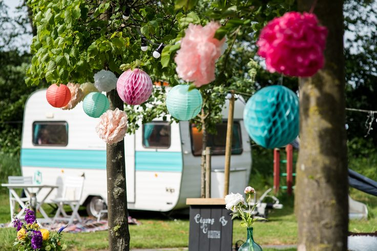Overnachten op de Hoeve kan op vele manieren, bijvoorbeeld in een zelf meegebrachte caravan. Het tuinsetje en de gezellige papieren versiering maken het plaatje helemaal af.  Hoeve Kindergoed is een officiële trouwlocatie en groepsaccommodatie op een schapenboerderij in Ermelo. De locatie is te huur voor een dag(deel) of een weekend. Het ervaren team helpt jullie aan een relaxte bruiloft. Ga voor meer informatie naar www.hoevekindergoed.nl