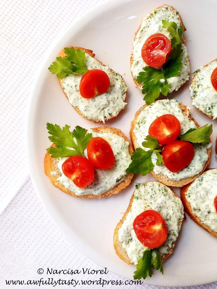 Bruschette cu rosii cherry, feta si pesto din patrunjel.   Cherry tomato, feta cheese and parsley pesto bruschetta.