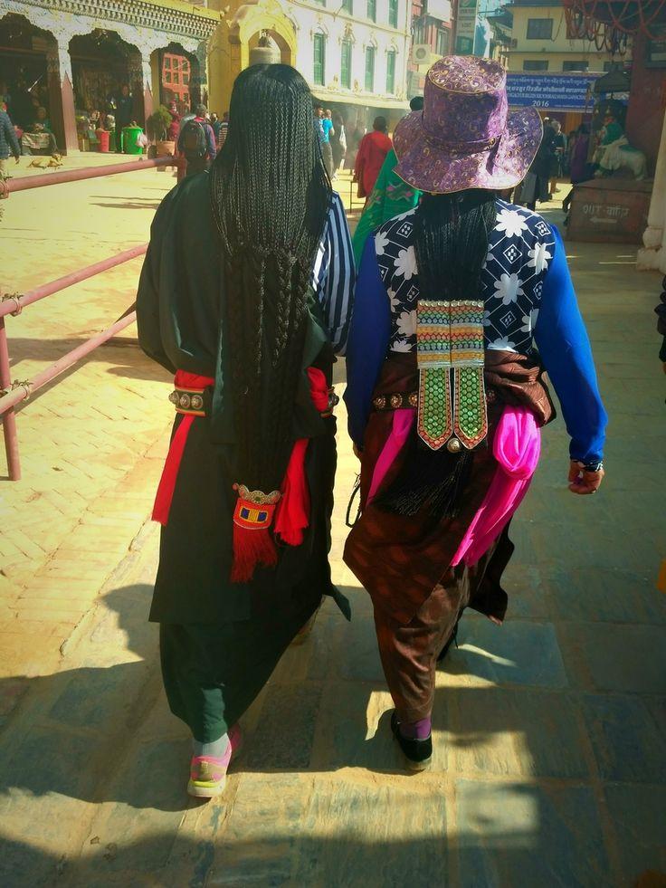 """Вот такие причёски носят женщины-тибетцы. Длинные волосы - это связь с женской энергией земли, они должны быть обязательно ниже лопаток. Чем длиннее, тем лучше. Потому их искусственно удлиняют различными красными или чёрными нитками или """"футлярами"""". Бесспорно, каждый из элементов несёт ещё и дополнительные ритуальные и социо-культурные смыслы.  С уважением к приключениям, hikeup.net"""