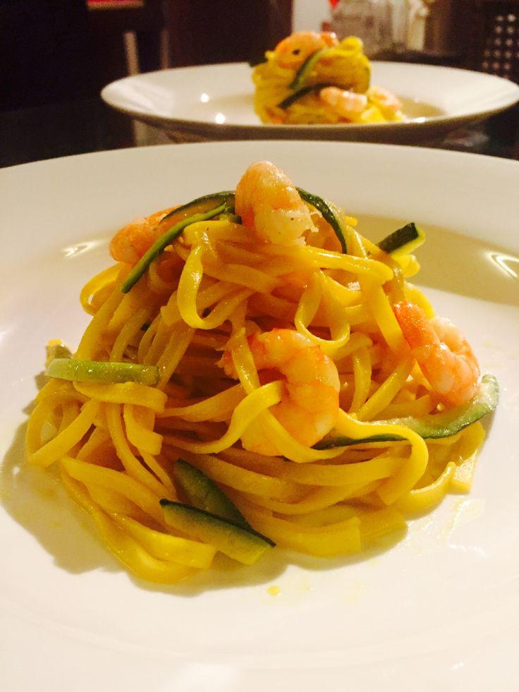 Fettuccine con zafferano gamberetti e zucchine croccanti - Prawn, zucchini and saffron fettuccini