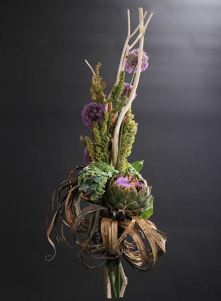 Букет из срезанных цветов с корягой