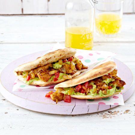 Knuspriges Brot mit superleckerer Füllung: Spicy Chicken im Pitabrot mit Guacamole