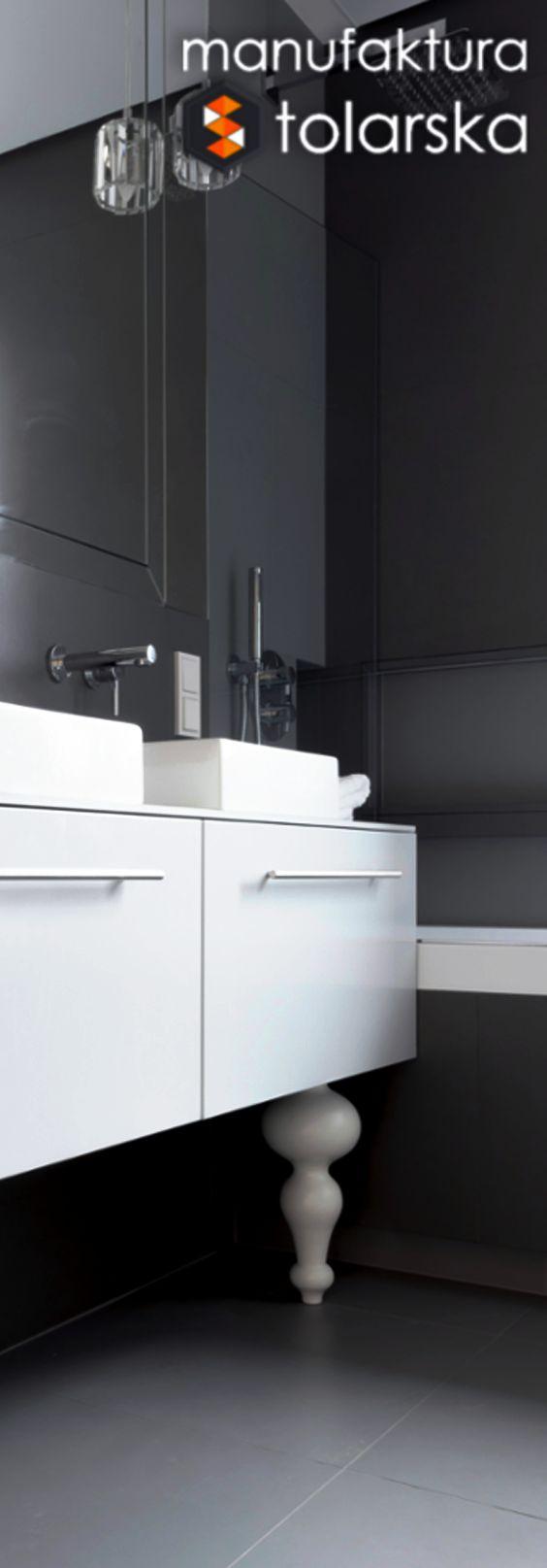 Wood & bathroom & white. Made in Poland. Manufaktura stolarska 2017.  Oryginalne i nietypowe rozwiązania dla mebli łazienkowych! Meble łazienkowe muszą charakteryzować się nie tylko świetny designem ale także odpornością na wilgoć!  Nowoczesny wystrój łazienek ocieplają drewniane meble. #design #wood #furniture #bathroom #flat #white #home #natural #sink #drewno #stolarz #szafka #biała #łazienka #szuflada