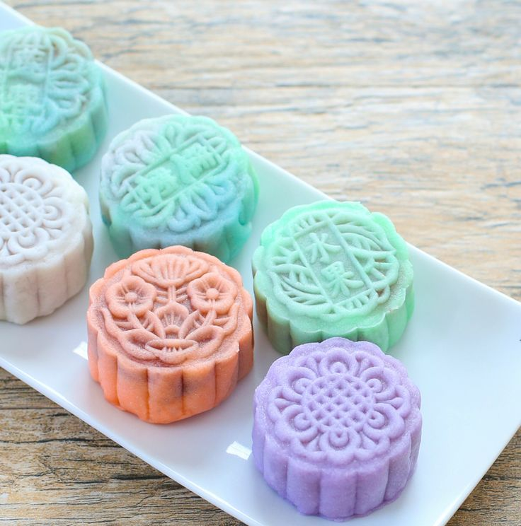 It's almost that time of year again. Mid-Autumn Festival or Moon Festival will be on September 8, 2014. One of the main ways it is celebrated is by eating mooncakes. In anticipation of the upcoming holiday, I made snow skin mooncakes, a no-bake mooncake made with roasted glutinous rice flour. Traditional mooncakes have a pastry …