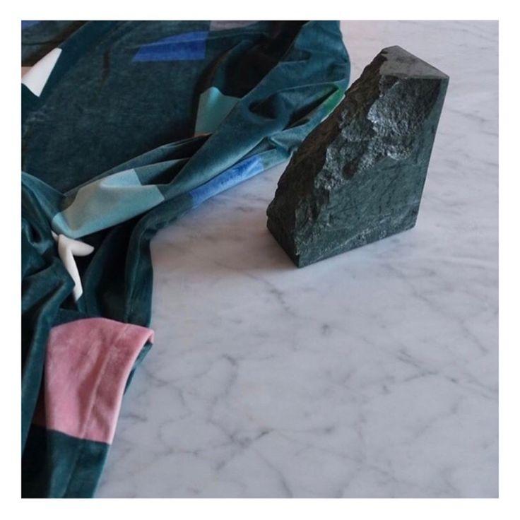 Gotain slized sammetsgardin har ett retroaktivt formspråk som med sin djupgröna bakgrund ger ett modernt och klassiskt uttryck på samma gång.  Alla våra tyger vävs i Spanien, ett land med lång erfarenhet och bred kunskap inom textiltillverkning. Gardinerna är försedda med ett multiband som gör att upphängningen är universal. Det går lika bra att hänga dina gotain gardiner på gardinstång som i gardinskena med glid, fingerkrok eller ringar.