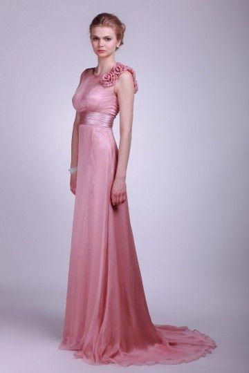 Une robe rose longue pour un mariage fleuri.