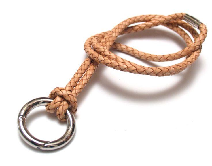 KEYHANGER Keyhanger i læder (ridepiskeflet) med ring til nøgler eller iPhone sleev. Længden er ca. 90 cm.