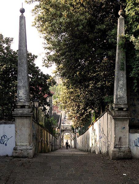Le Scalette che conducono a Monte Berico dal Piazzale Fraccon. In fondo si nota l'arco seicentesco attribuito all'architetto Albanese, su progetto di Andrea Palladio.