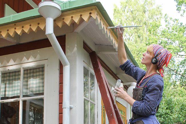 Porträtt Erika Åberg. Foto: Björn Åberg #gamla #hus #rödfärg #plåttak #stuprör #byggnadsvård #veranda #fönster #pardörrar #linoljefärg