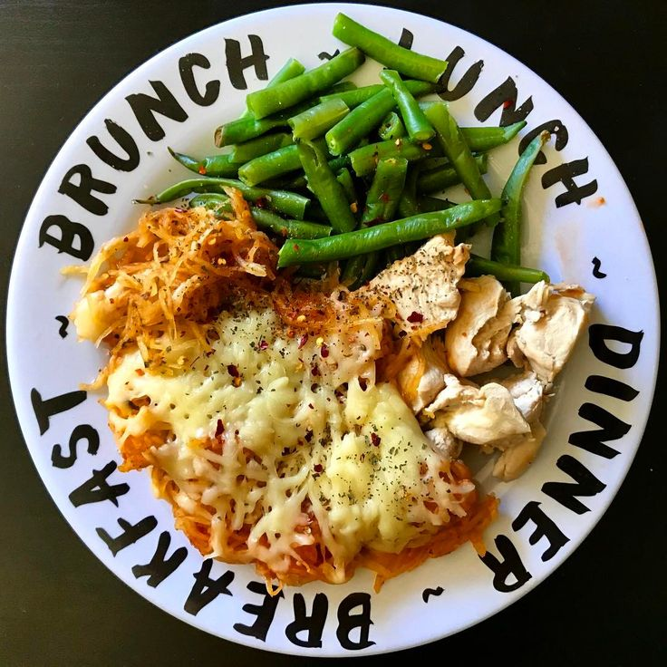 Sarah Boesch (@eat.and.repeat) eating healthy does not have to be difficult. 200g spaghetti squash mixed with pasta sauce and sprinkles with mozarella cheese. put that in the oven until the cheese melted. I boiled the chicken and green beans. packed it in tupperware and was good to go! and it legit tastes like pasta: 333 cals 26C/38P/9F 7g fiber // MyFood ost kyckling lågkalori MyRecipe