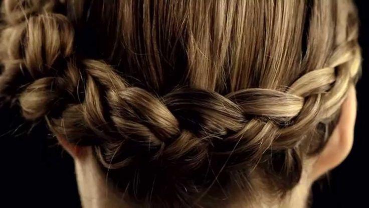Tresse bijou - Parfaite pour toutes les occasions, craquez pour cette couronne moderne avec une tresse transformée en bijou de cheveux. Pour obtenir ce résultat, très bohème, réalisez une tresse à 3 branches collée en entrelaçant les mèches par le dessous pour lui donner plus de relief !  #coiffure #tuto #diy #hair #attache #cheveux #tutoriel