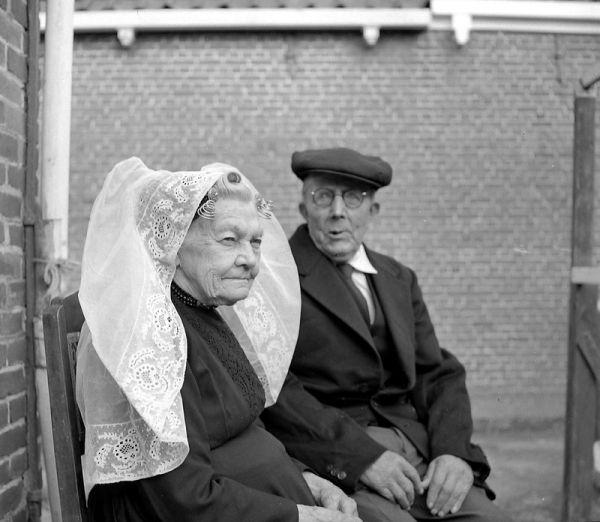 Een van de laatste draagsters van de Noord-Bevelandse dracht in 1959. (ZB, Beeldbank Zeeland, fotoarchief PZC)
