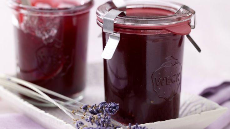 Kleine Köstlichkeit: Granatapfel-Gelee mit Lavendelblüten | http://eatsmarter.de/rezepte/granatapfel-gelee