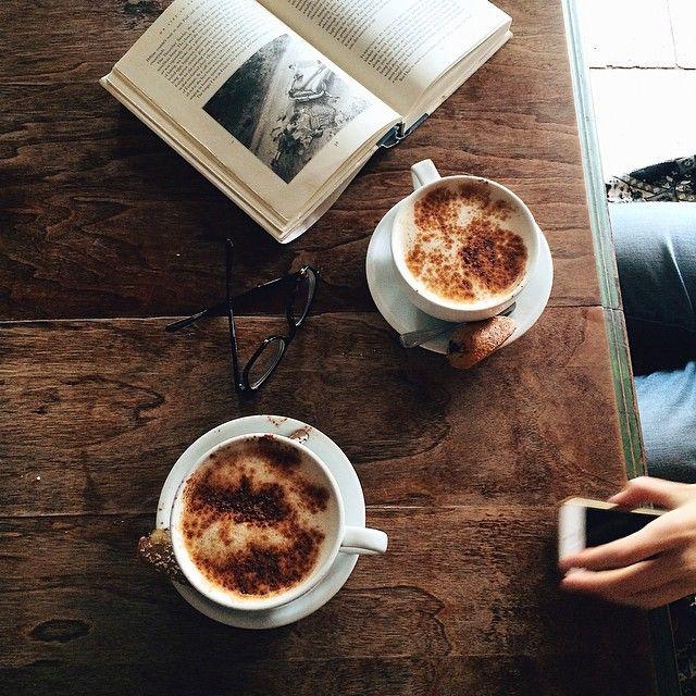 Cafébesuch mit eine gute Lektüre und ein köstlicher Kaffee. Das klingt nach einem perfekten Nachmittag. Allerbeste Kaffeesorten findest Du online in unserem Shop: https://gegessenwirdimmer.de/produkt-kategorie/confiserie-tee-und-kaffee/#kaffee-und-trinkschokolade